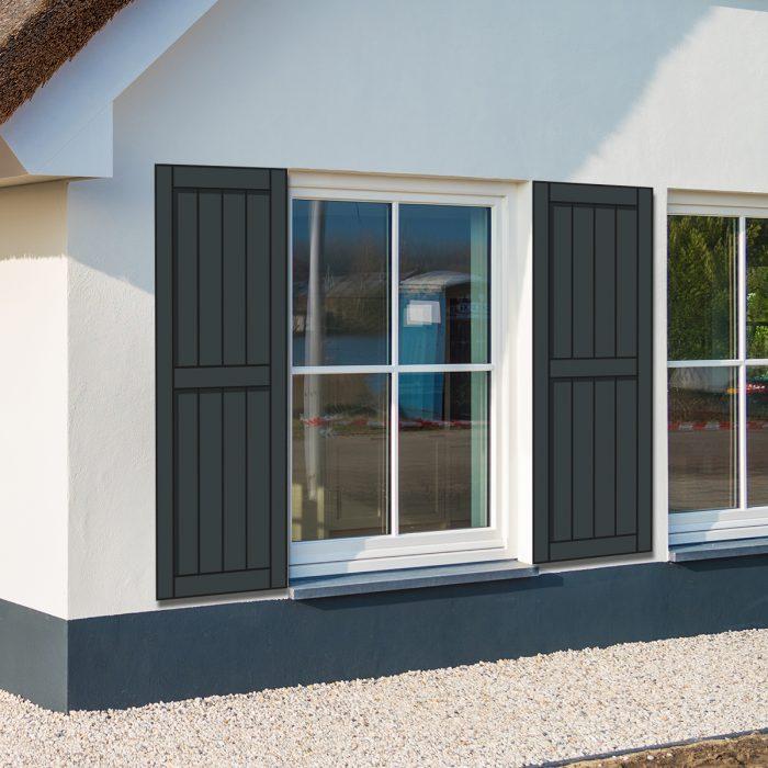 Huis met antraciete raamluiken