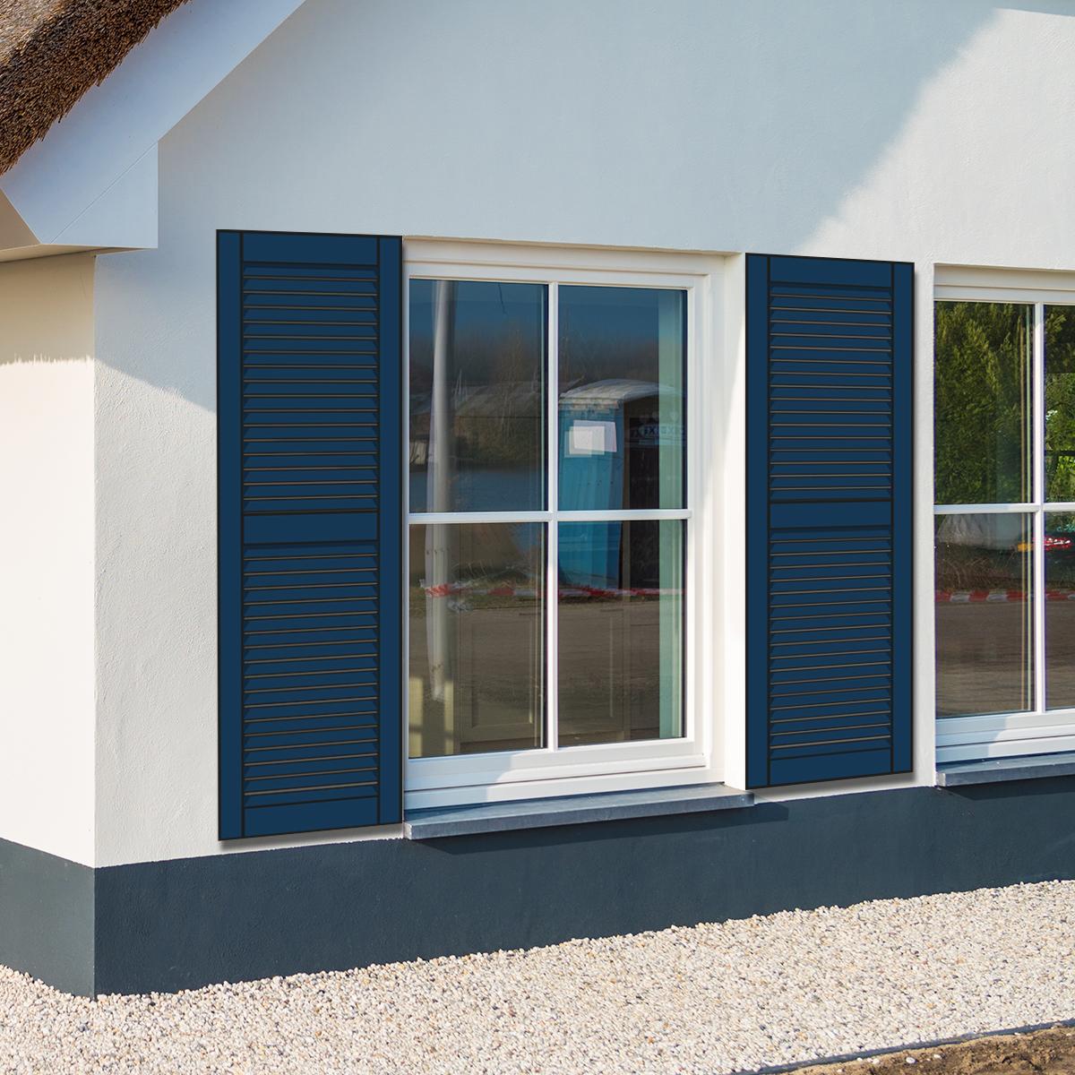 huis met blauwe louvre raamluiken