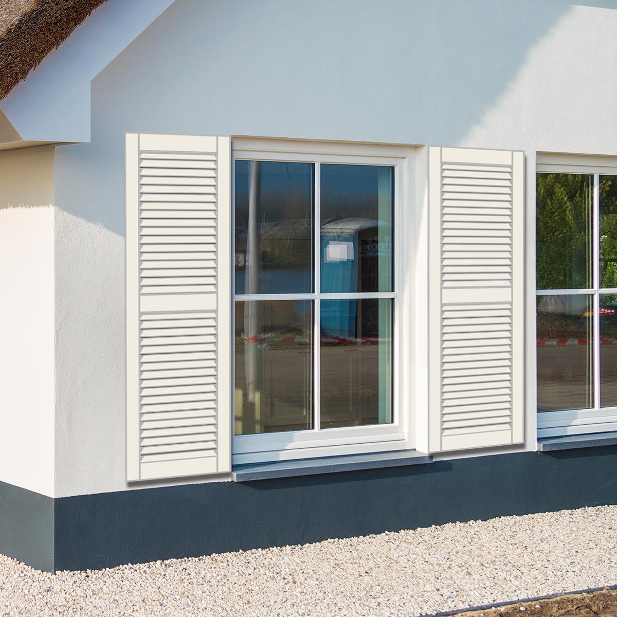 huis met witte louvre raamluiken