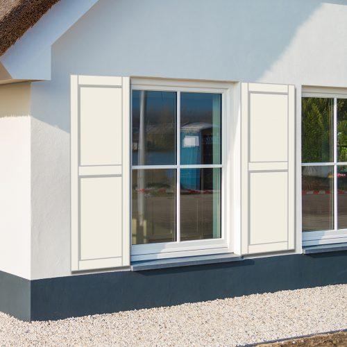 Huis met witte panel raamluiken